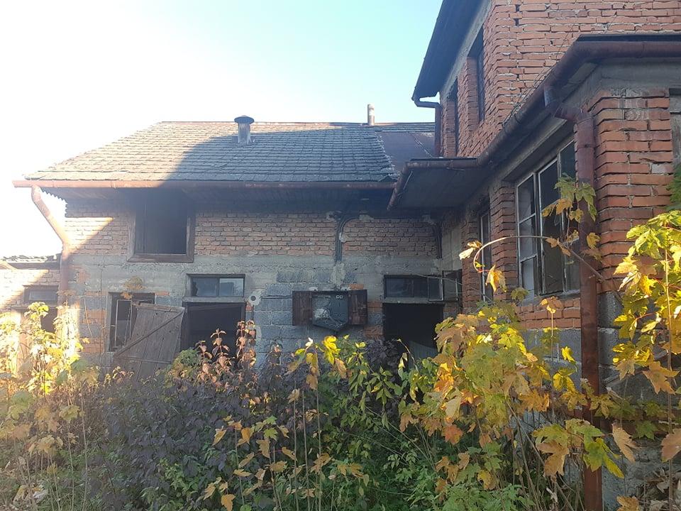 Rekonštrukcia domu-alebo chceme si splniť sen =》🏠🌻🌼🐶  mat domcek a vratit sa na Slovensko - pohlad z dvora. pristavba (kedysi ako mastal a letna kuchyna)