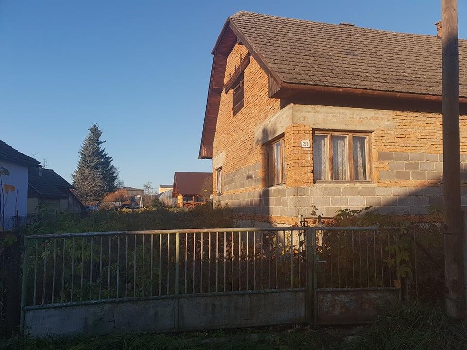 Rekonštrukcia domu-alebo chceme si splniť sen =》🏠🌻🌼🐶  mat domcek a vratit sa na Slovensko - izba c.1 mala dve okna (nam sa paci ze je vela okien, super presvetlenie, tesim sa na umyvanie :-) celkom rada umyvam okna ) zadne okno bola izba c.2