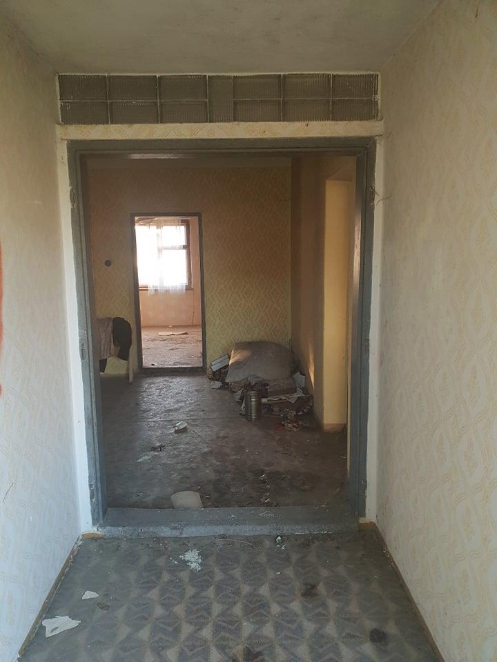Rekonštrukcia domu-alebo chceme si splniť sen =》🏠🌻🌼🐶  mat domcek a vratit sa na Slovensko - chodba a pohlad priamo do starej kuchyne, po pravej strane bola izba c.2 (tej izby foto nemam neviem preco :-( ) a po lavej strane mala byt kupelna a toaleta