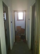 po lavej strane z chodby-> oproti malo byt WCko, po pravej strane  kupelna a po lavej strane bola kedysi asi spajza