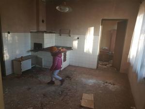kuchyna, oproti komora /tak ju nazvali/   (po lavej strane kde bezi dcera su dvere do chodby)