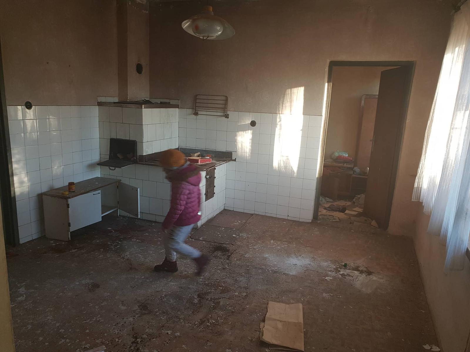 Rekonštrukcia domu-alebo chceme si splniť sen =》🏠🌻🌼🐶  mat domcek a vratit sa na Slovensko - kuchyna, oproti komora /tak ju nazvali/   (po lavej strane kde bezi dcera su dvere do chodby)