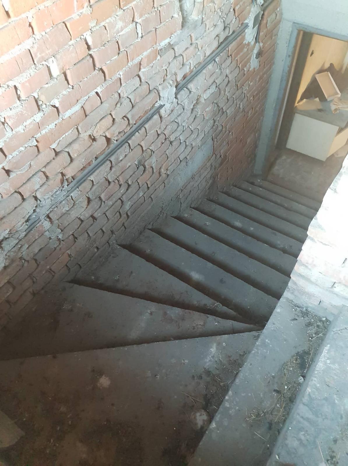 Rekonštrukcia domu-alebo chceme si splniť sen =》🏠🌻🌼🐶  mat domcek a vratit sa na Slovensko - schodisko z chodby kde po lavej strane mala byt kupelna