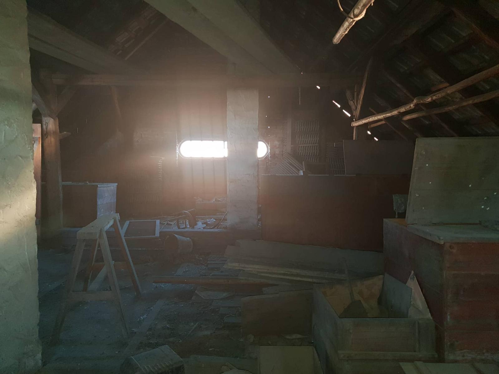 Rekonštrukcia domu-alebo chceme si splniť sen =》🏠🌻🌼🐶  mat domcek a vratit sa na Slovensko - pidi okno od suseda