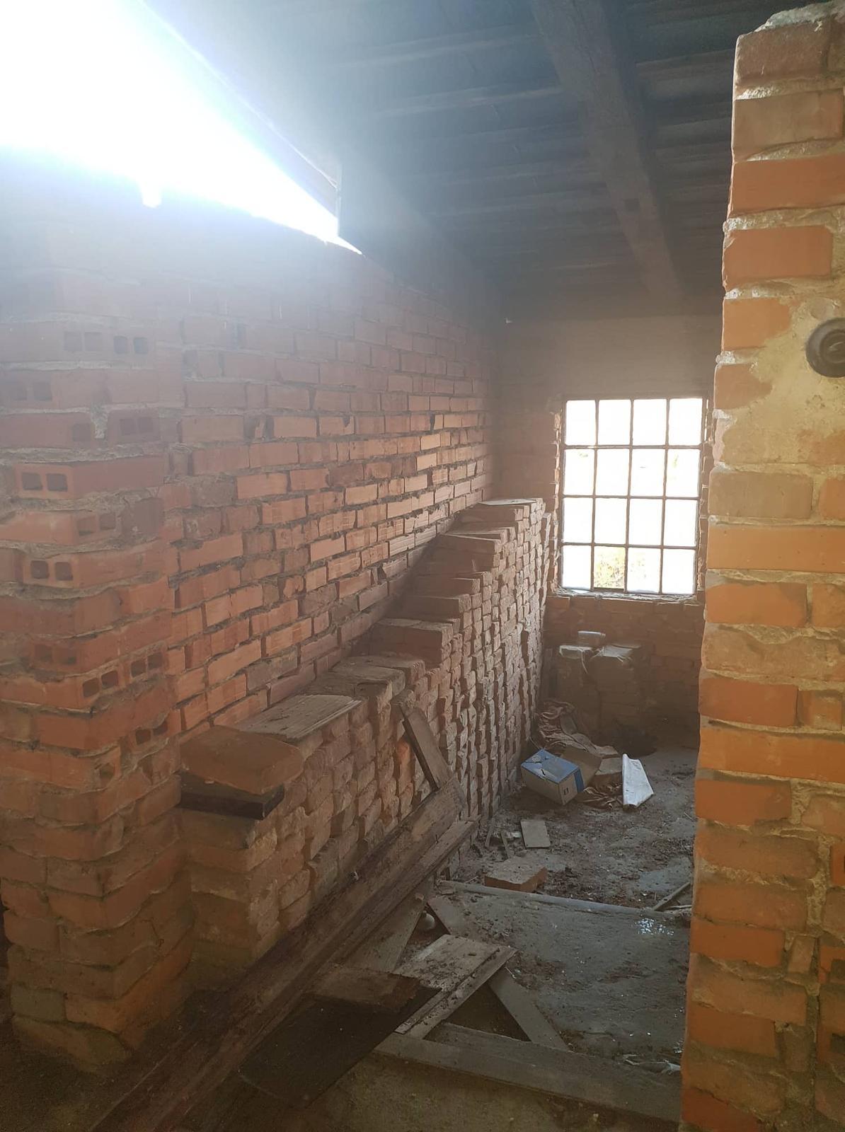Rekonštrukcia domu-alebo chceme si splniť sen =》🏠🌻🌼🐶  mat domcek a vratit sa na Slovensko - pohlad na vetrajuce sa okna na schodisku