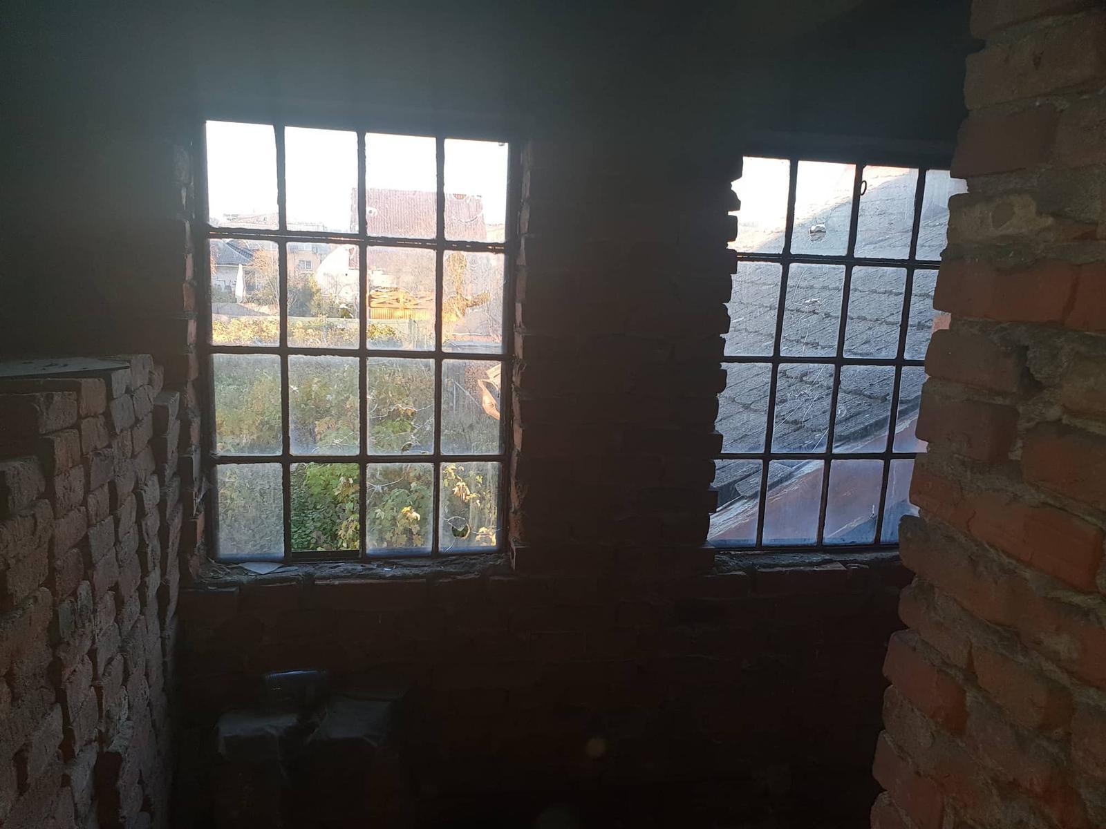 Rekonštrukcia domu-alebo chceme si splniť sen =》🏠🌻🌼🐶  mat domcek a vratit sa na Slovensko - Vyhlad cez vetrajuce sa okna na krasne vysadenu zahradu :-D