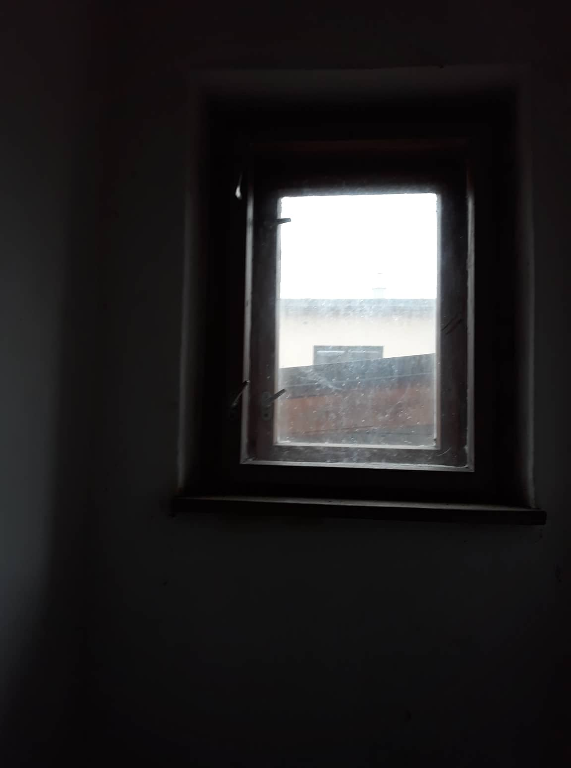 Rekonštrukcia domu-alebo chceme si splniť sen =》🏠🌻🌼🐶  mat domcek a vratit sa na Slovensko - okno v kupelni
