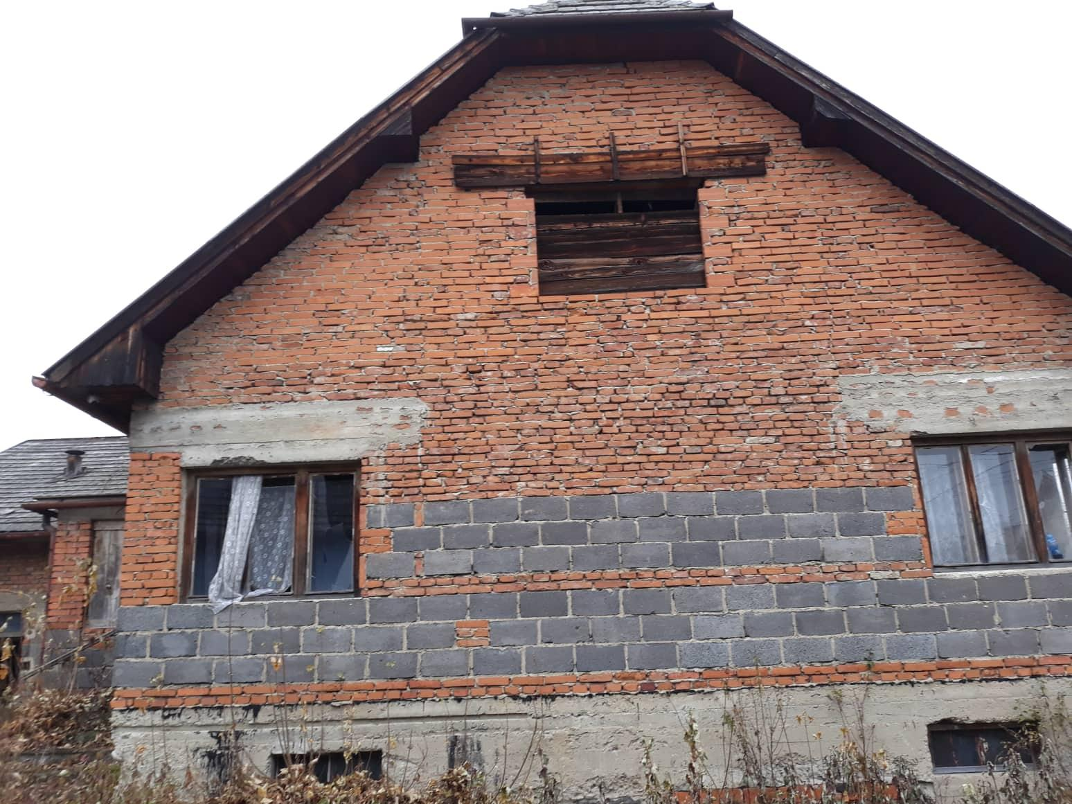 Rekonštrukcia domu-alebo chceme si splniť sen =》🏠🌻🌼🐶  mat domcek a vratit sa na Slovensko - pohlad z dvora z lavej strany na izbu c.2 a na pravej strane izba c.1