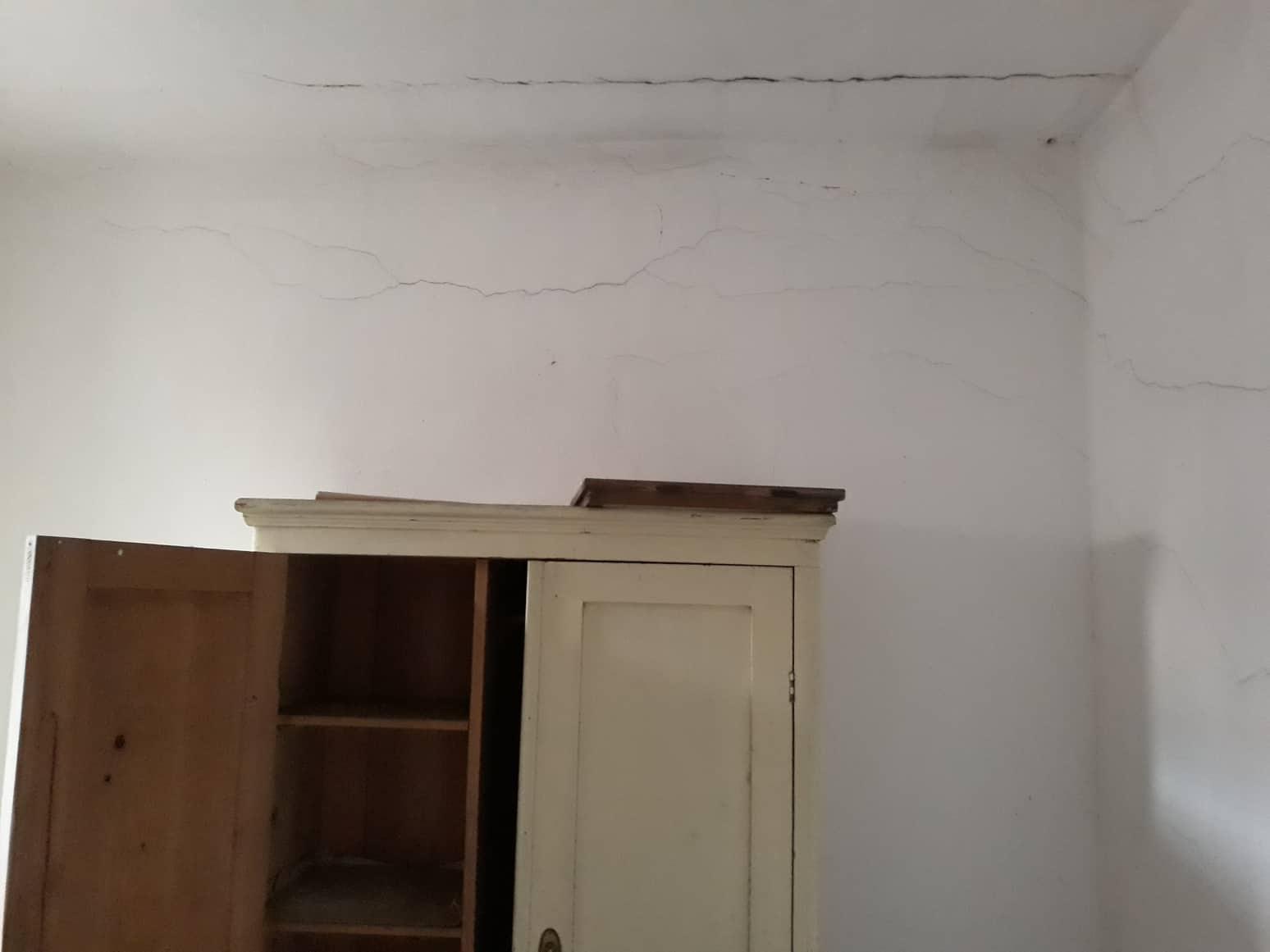 Rekonštrukcia domu-alebo chceme si splniť sen =》🏠🌻🌼🐶  mat domcek a vratit sa na Slovensko - steny su jedine tu popraskane