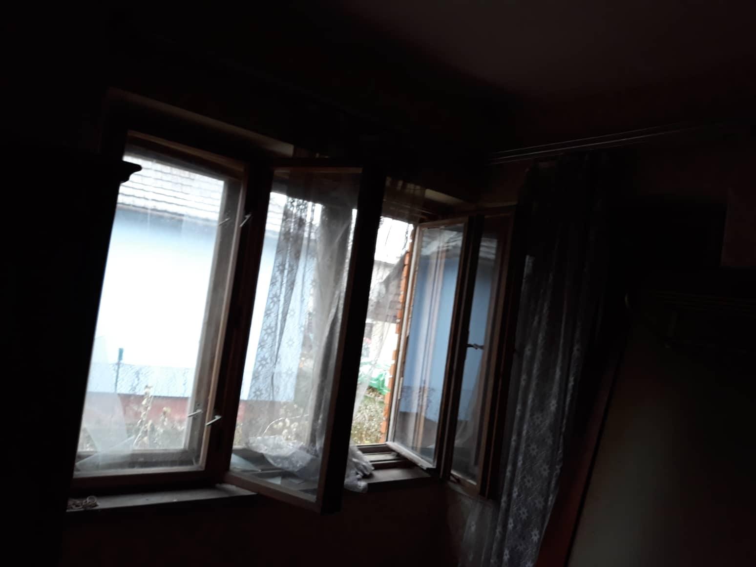 Rekonštrukcia domu-alebo chceme si splniť sen =》🏠🌻🌼🐶  mat domcek a vratit sa na Slovensko - izba c.2 jedno okno uzavrete dverom>izba ma dve okna