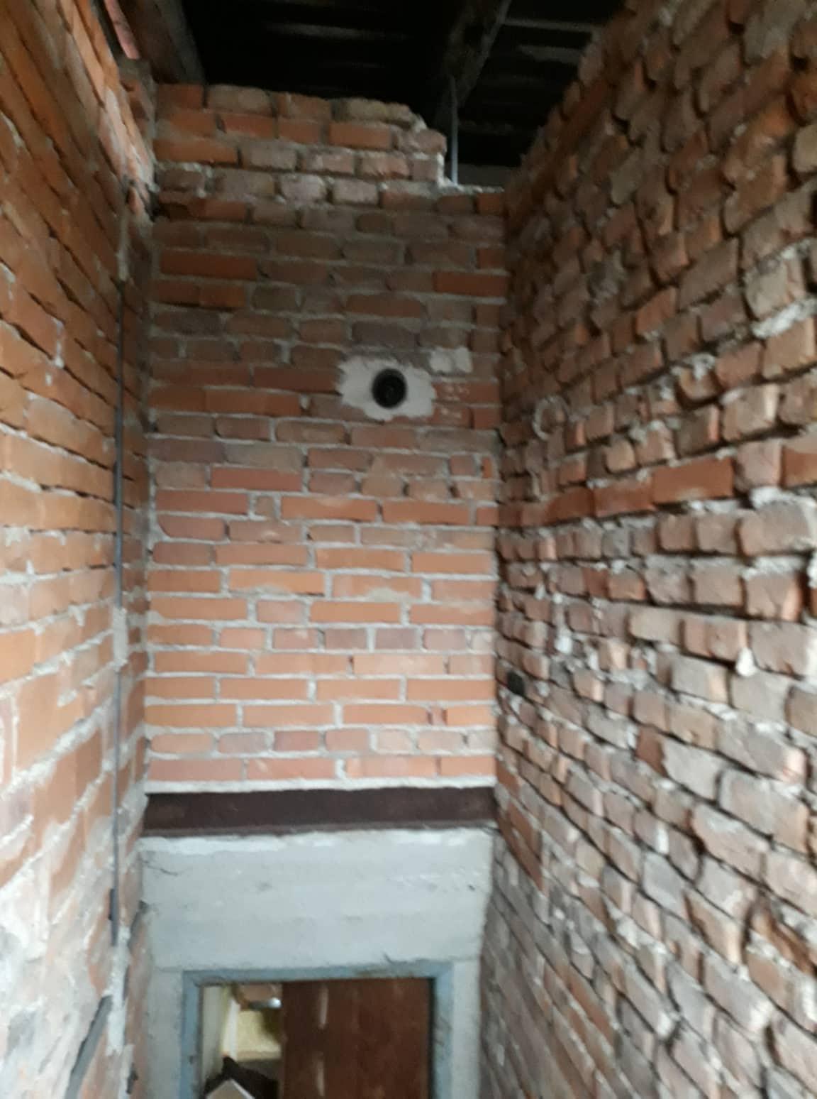 Rekonštrukcia domu-alebo chceme si splniť sen =》🏠🌻🌼🐶  mat domcek a vratit sa na Slovensko - pohlad zo schodiska