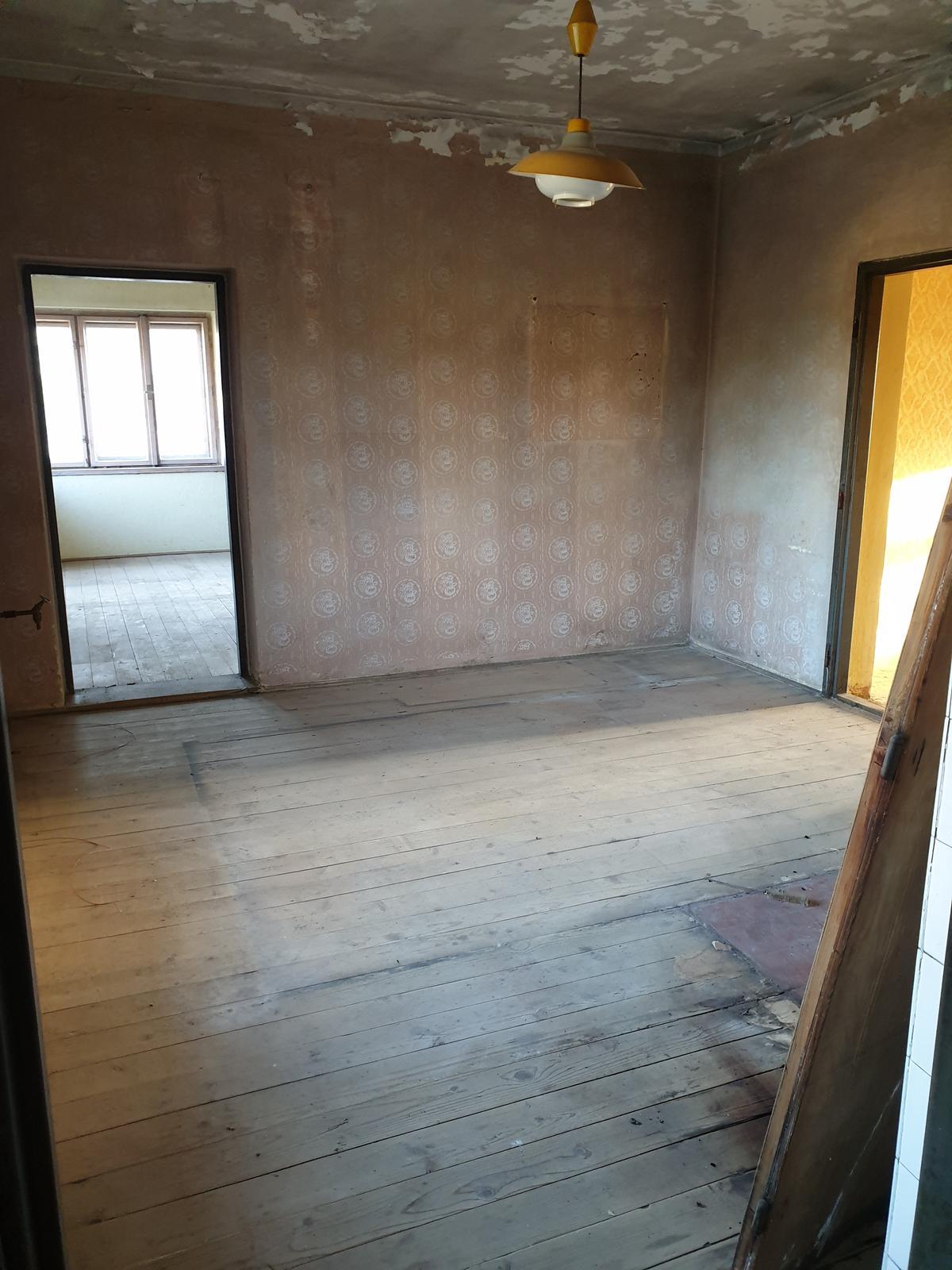 Rekonštrukcia domu-alebo chceme si splniť sen =》🏠🌻🌼🐶  mat domcek a vratit sa na Slovensko - pohlad z hostovskej izby do mojej pracovne po pravej strane chodba a oproti bude kuchyna