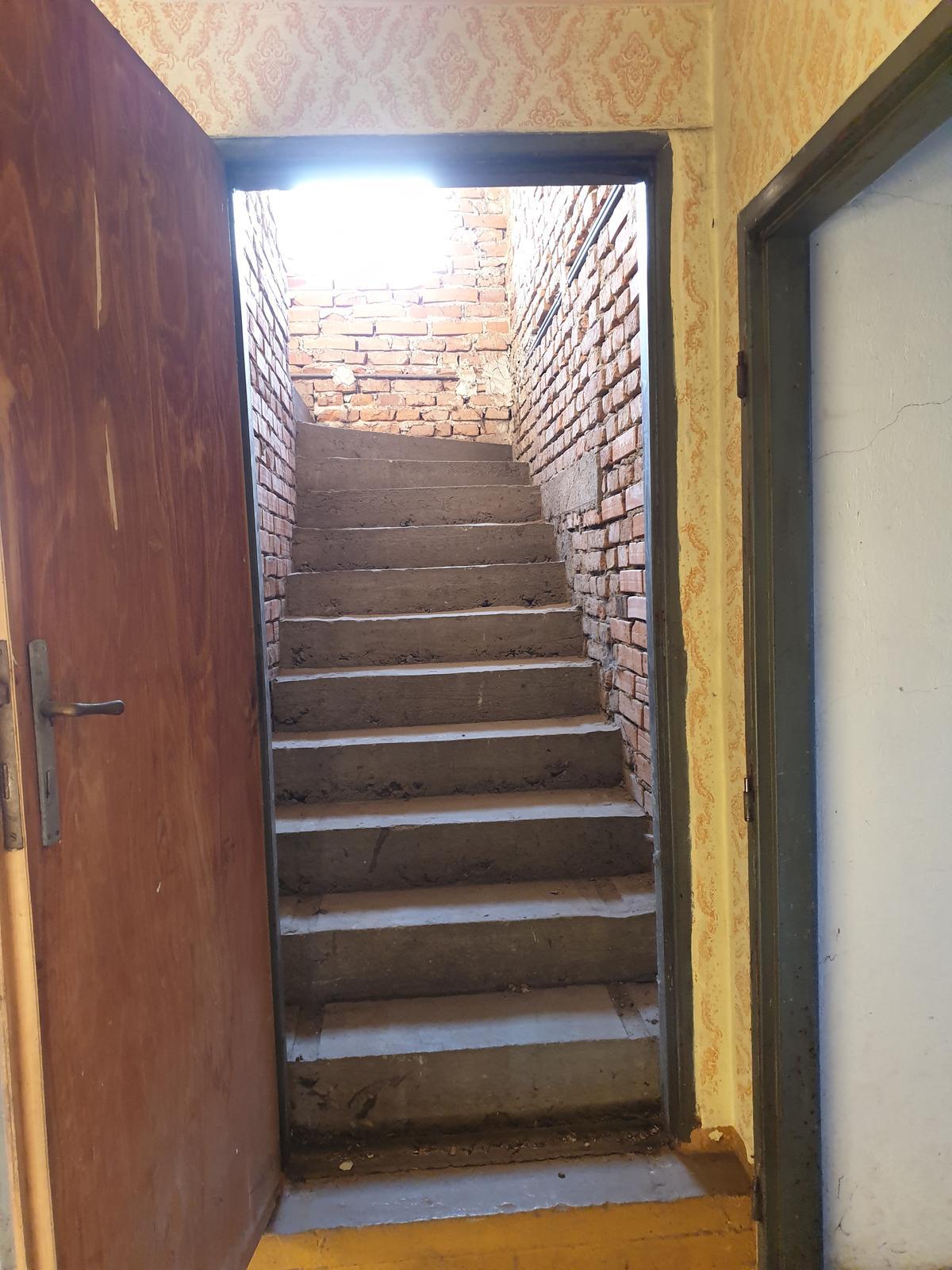 Rekonštrukcia domu-alebo chceme si splniť sen =》🏠🌻🌼🐶  mat domcek a vratit sa na Slovensko - schody do ,,nocnej,, casti, hore budu 3detske izby, spalna a kupelna