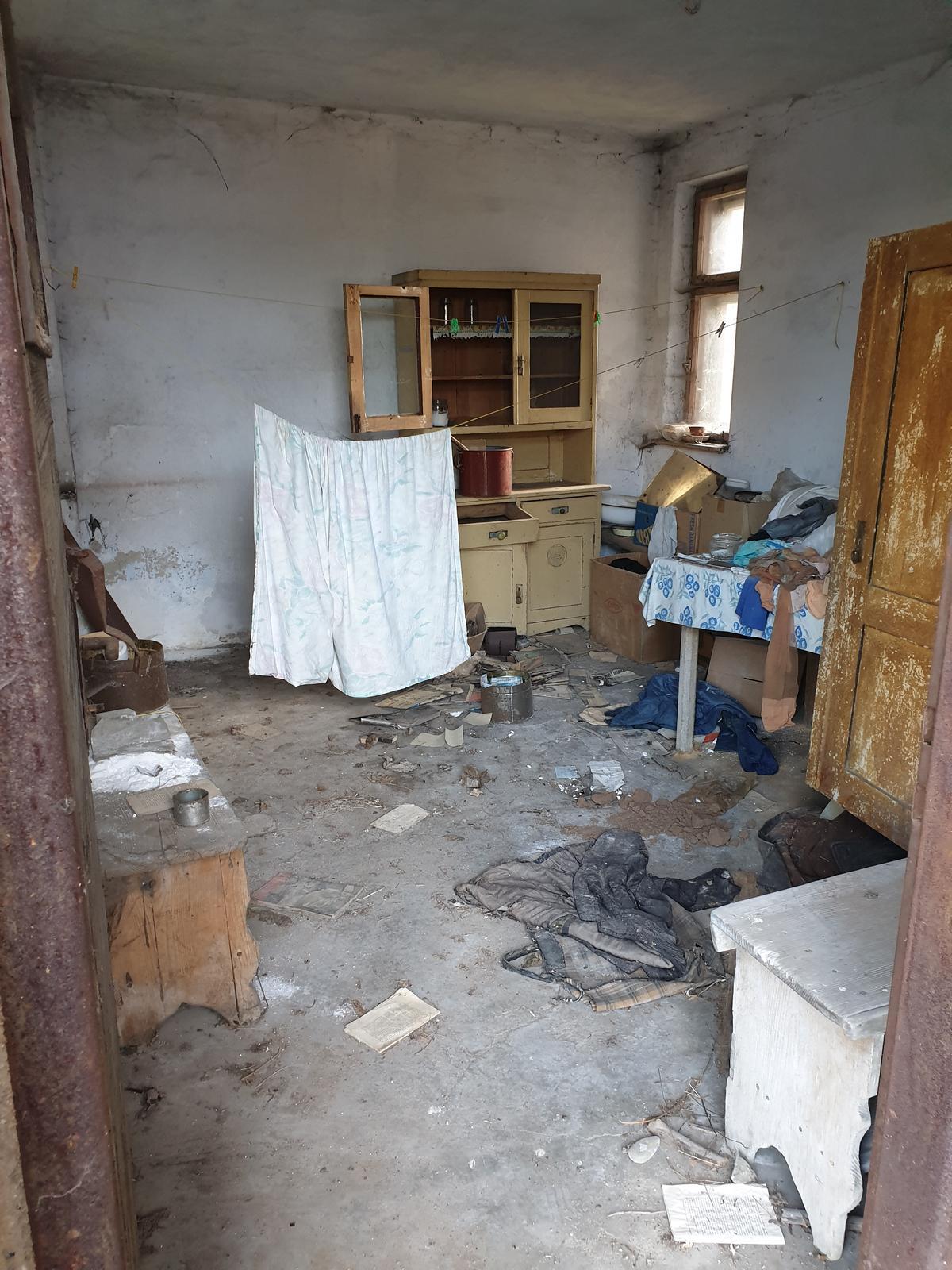 Rekonštrukcia domu-alebo chceme si splniť sen =》🏠🌻🌼🐶  mat domcek a vratit sa na Slovensko - ou :-D to bola letna kuchyna, uz je tam nasa izba kde mozeme spat ked prideme na SK