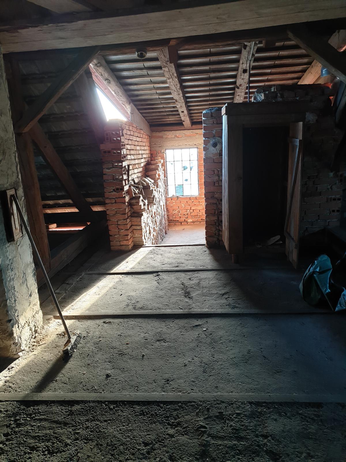 Rekonštrukcia domu-alebo chceme si splniť sen =》🏠🌻🌼🐶  mat domcek a vratit sa na Slovensko - pohlad na chodbu na poschodi s okienkom na dvor