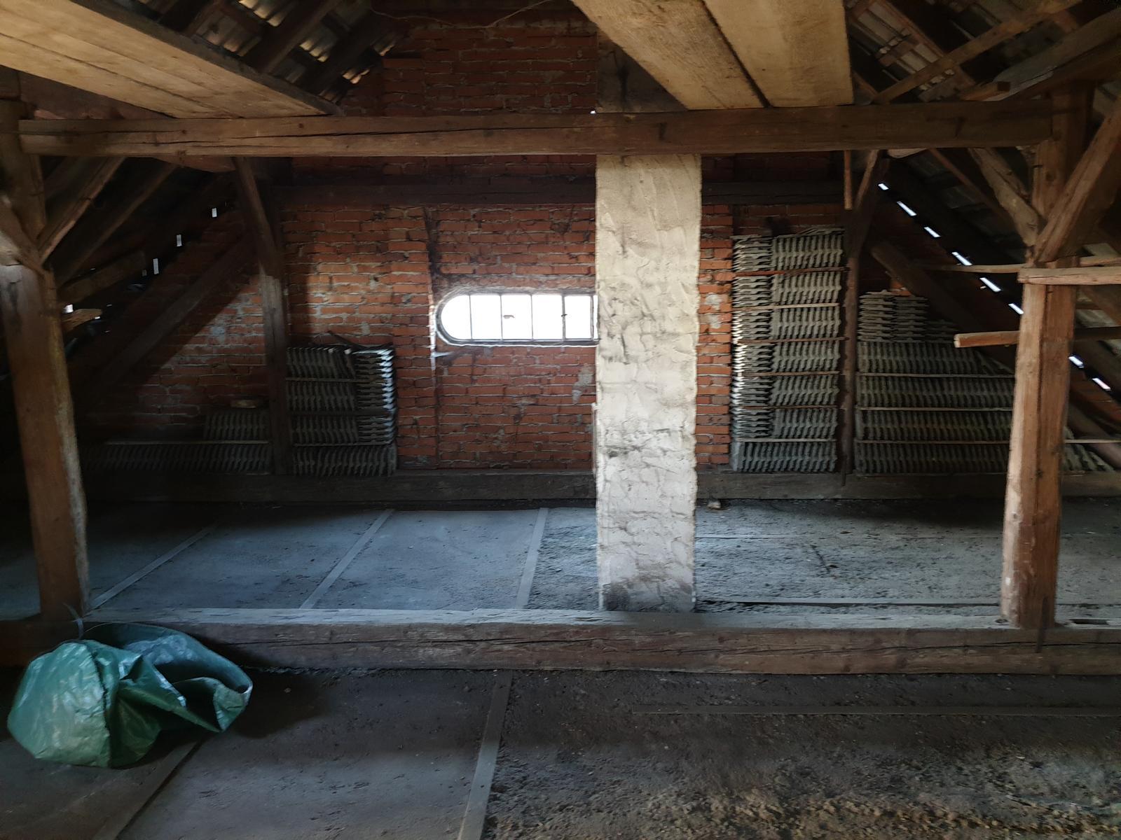 Rekonštrukcia domu-alebo chceme si splniť sen =》🏠🌻🌼🐶  mat domcek a vratit sa na Slovensko - tu som makala ked mi prihorel obed :-D ... ale pohlad na spalnu a kupelnu :)