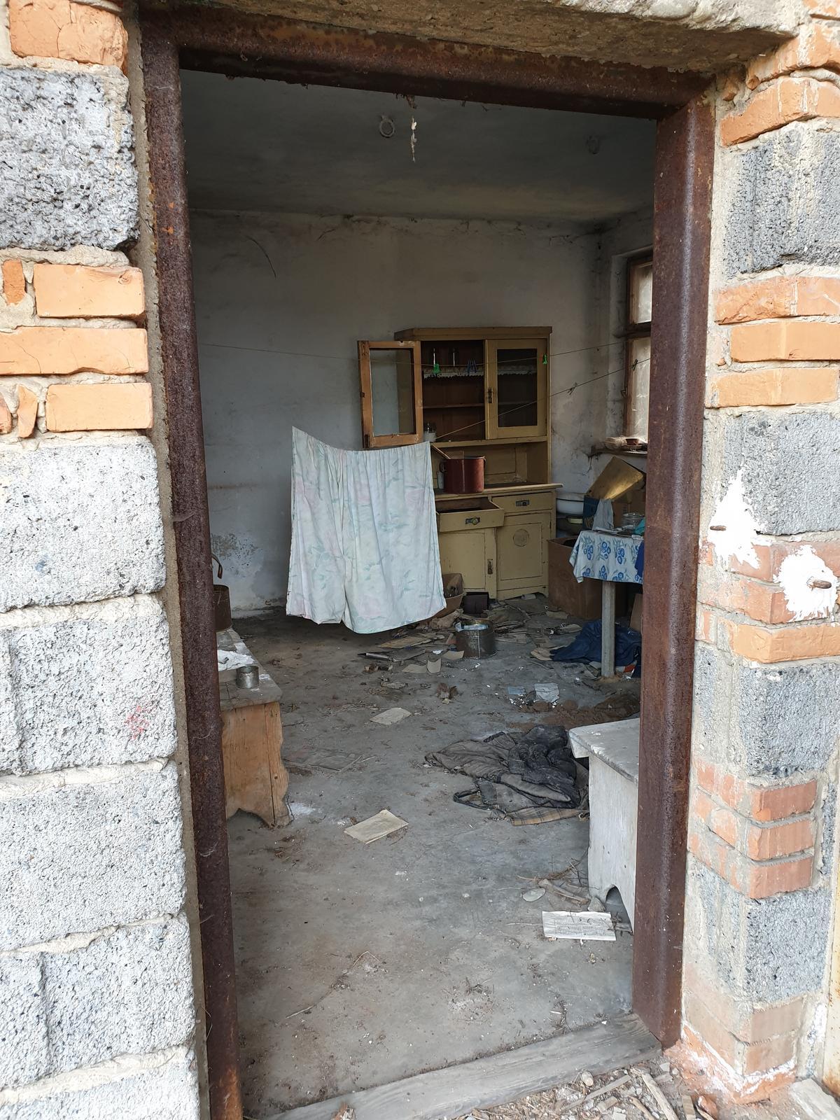 Rekonštrukcia domu-alebo chceme si splniť sen =》🏠🌻🌼🐶  mat domcek a vratit sa na Slovensko - este jedna foto letnej kuchyne pred vycistenim