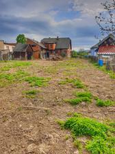Pohlad z jednej strany zahrady na cestu a domcek...