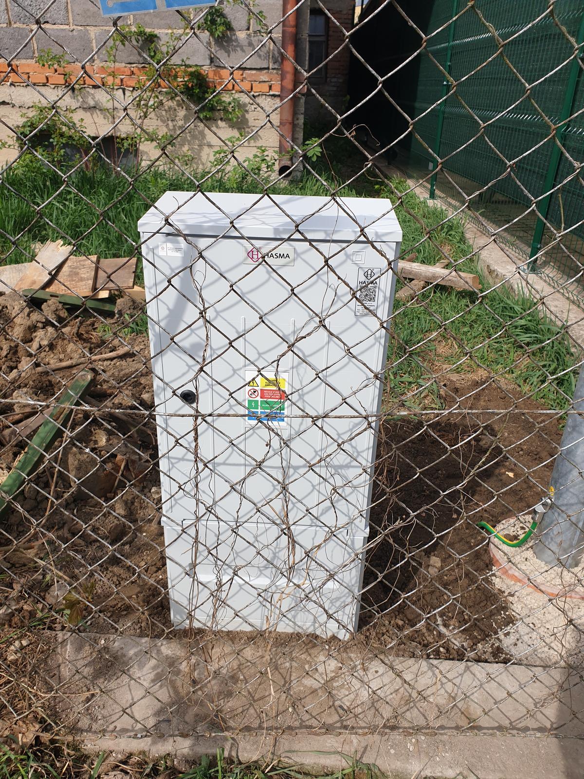 Rekonštrukcia domu-alebo chceme si splniť sen =》🏠🌻🌼🐶  mat domcek a vratit sa na Slovensko - Ešte skrinka na stĺp a môžeme ísť riesit elektriku