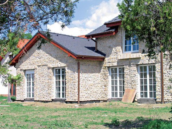 Moje milovane bungalovy - zariadenie, pôdorysy, rozloženie... - Kamenný obklad a francúzske okna. Asi drahy špás...