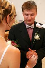 nevěsta navléká prstýnek ženichovi..