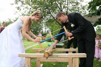 řežeme společně dřevo