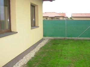 Pohlad od terasy. Zasiata trava rastie a rastie. Este sa bude sama zahustovat.