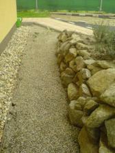 Priestor medzi skalkou a strkovym obsypom sme vyplnili akvariovym strkom ;)