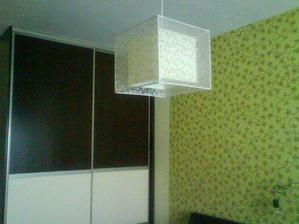 Lampa v spalni a tapeta