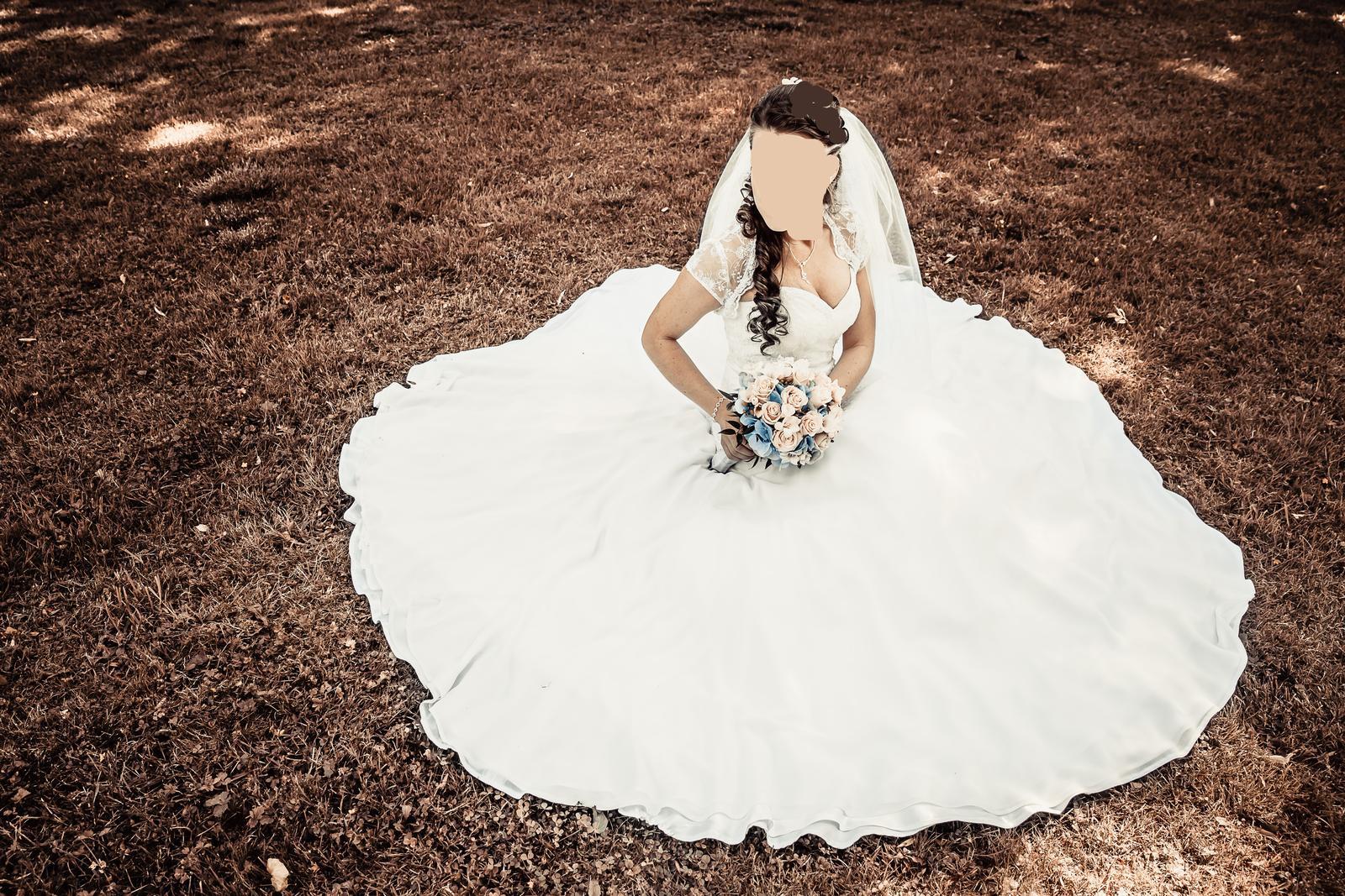 Krajkové svatební šaty šité na míru - Obrázek č. 1
