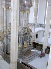 Oltář není vidět celý. Je to škoda, protože je opravdu krásný.