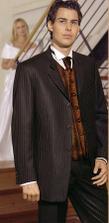 Takový oblek si muž půjčil. Ale bez kravaty a vesty. Nic takového mít nebude.