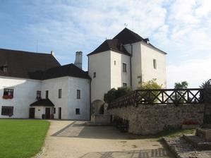 Tak místo obřadu vybráno - nádvoří hradu v Nových Hradech.