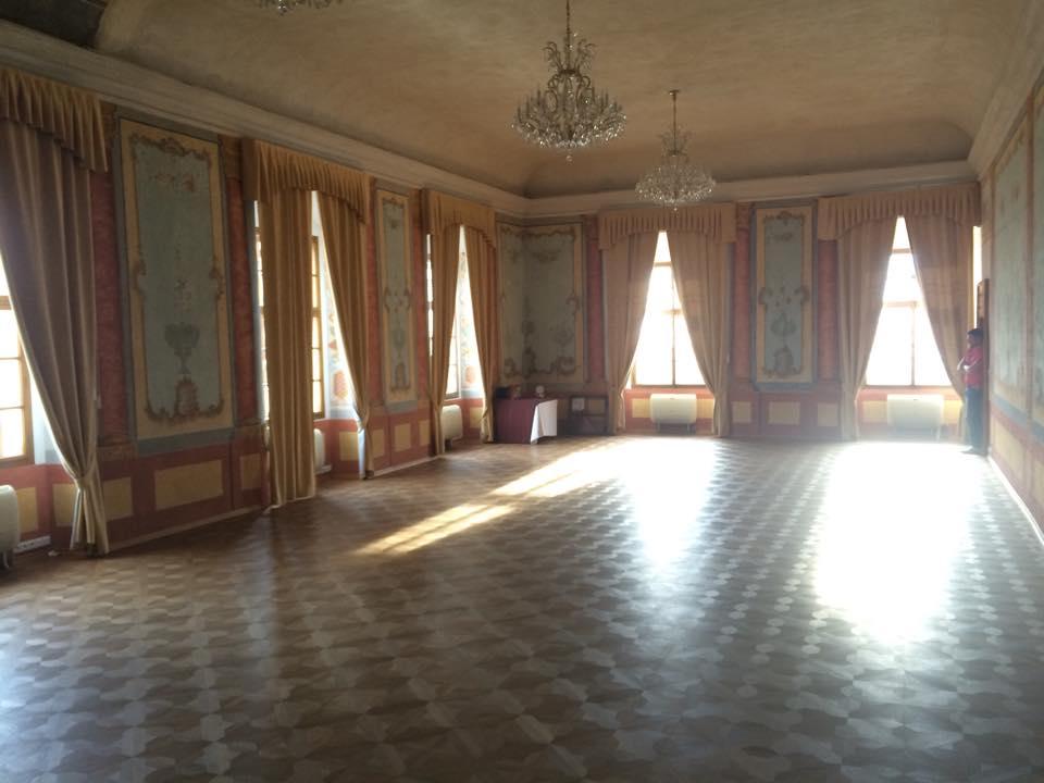Připravujeme a těšíme se... - Takové místo už další výzdobu nepotřebuje :). Na stoly jen živé růže a hlavně prostor pro tanec...