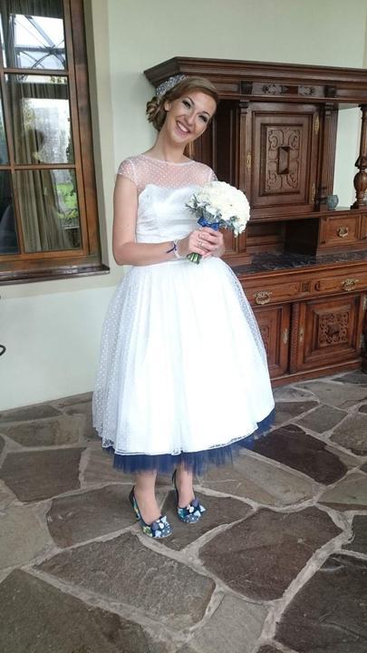 peter_a_lucia - Krátke svadobné šatky s bodkovaným tylom a modrou spodnicou
