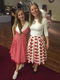 Krátke bodkované retro šaty s červenou farebnou spodnicou a štýlová bodkovaná áčková sukňa