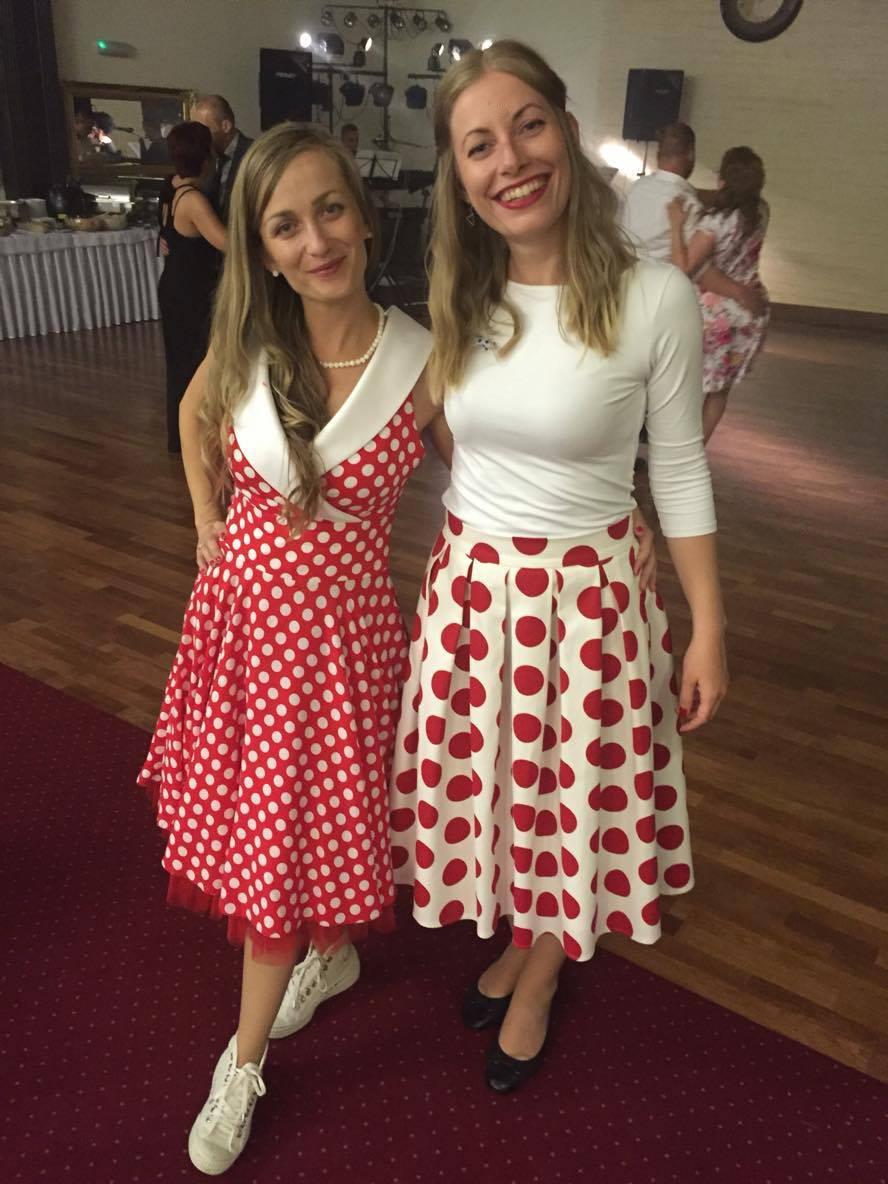 peter_a_lucia - Krátke bodkované retro šaty s červenou farebnou spodnicou a štýlová bodkovaná áčková sukňa