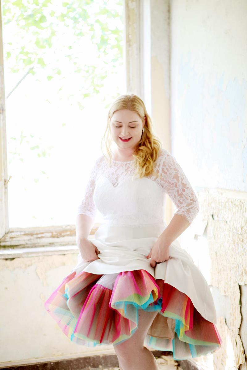 Dúhová spodnica a krátke svadobné šaty - Obrázok č. 4