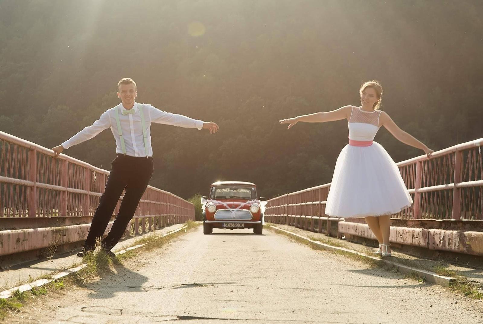peter_a_lucia - Krátke svadobné šaty s farebnou spodnicou