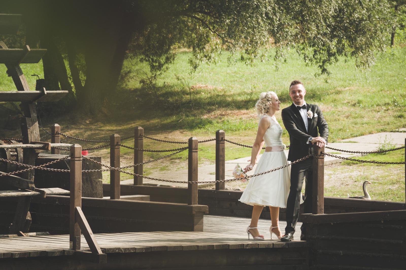 peter_a_lucia - Krátke svadobné čipkované šaty, čierny slim oblek