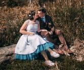 Krátke svadobné šaty s farebnou spodnicou, hnedý oblek