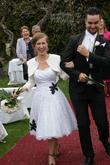 Krátke svadobné šaty s čiernymi aplikáciami