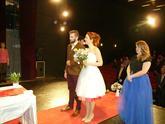 Krátke svadobné šaty s 14-farebnou spodnicou