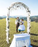Krátke svadobné šaty s farebnou spodnicou, hnedé nohavice a vesta, motýliky