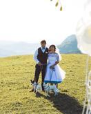 Krátke svadobné šaty s farebnou spodnicou, závoj, hnedé nohavice a vesta, motýliky