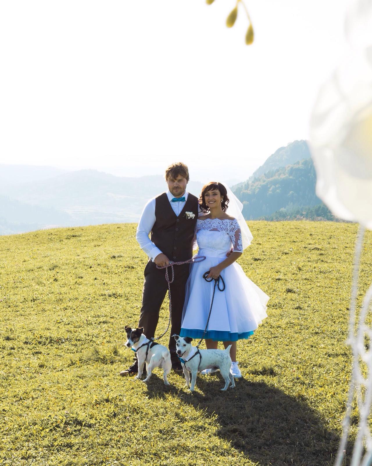 peter_a_lucia - Krátke svadobné šaty s farebnou spodnicou, závoj, hnedé nohavice a vesta, motýliky