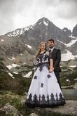 Svadobné šaty s čiernymi aplikáciami