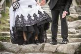 Svadobné šaty s čiernymi aplikáciami, čierna spodnica