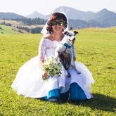 Krátke svadobné šaty a tyrkysová spodnica, motýlik pre psíka 😎