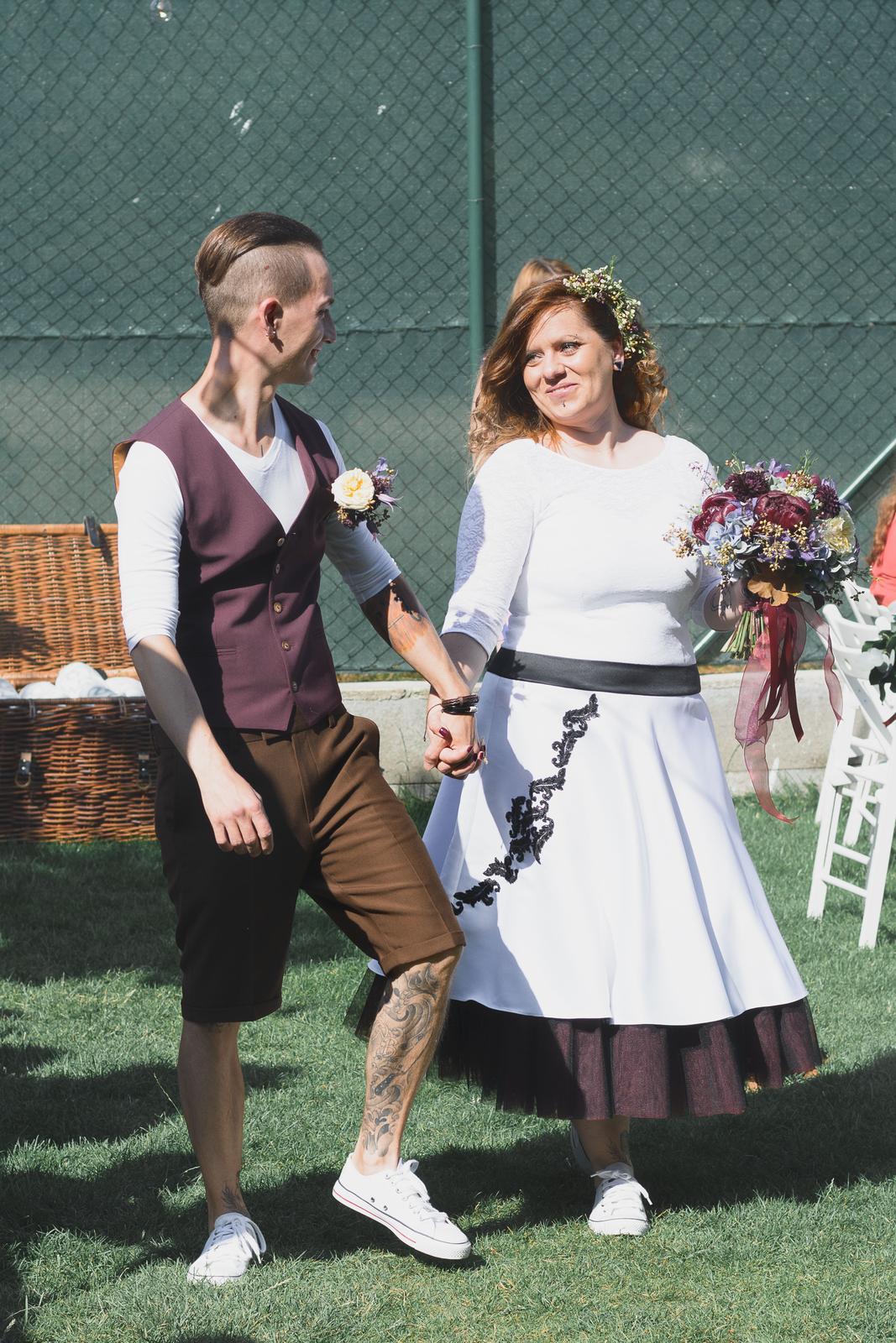 Kreatívny ženích značky Peter & Lucia - Lukáš a jeho hnedé kraťase, bordová vesta a biele tričko 👌